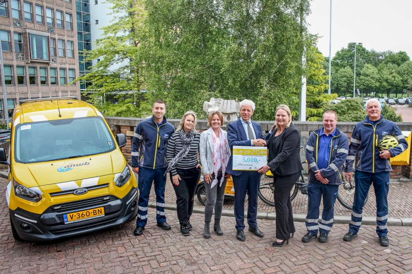 Wegenwacht provide the ALS Foundation with € 5,000 by donating old mobile phones